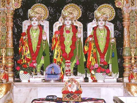 The murtis of Dham, Dhami and Mukta, Bhadra