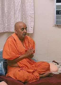 Swamishri singing the Thaal, Navsari