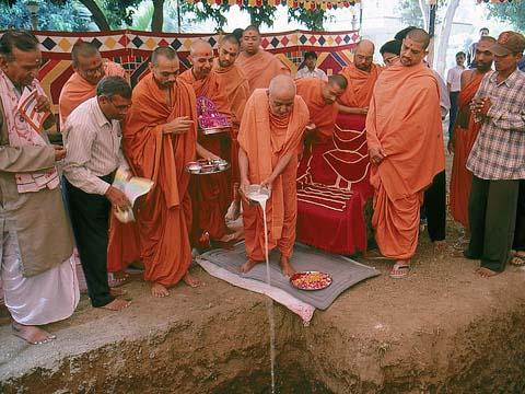 Swamishri performed the ground-breaking ceremony for a new assembly hall at the mandir complex in Navsari