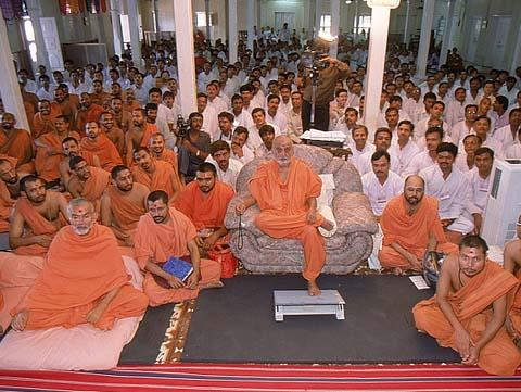 Swamishri during an assembly of Divya Sannidhi Parva, Sankari