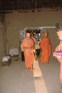 Swamishri sanctifying the hut of a tribal, Jamlapada