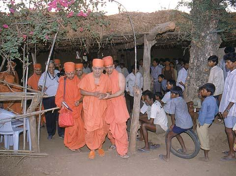 Swamishri visiting the tribals' humble residences, Jamlapada