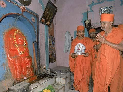 Paying respects to Hanumanji at the temple sanctified by Lord Swaminarayan, Dharampur