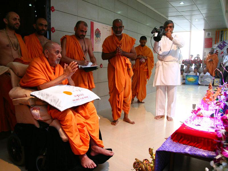 Swamishri engaged in darshan of Shri Harikrishna Maharaj