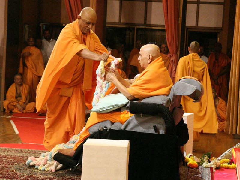 Swamishri welcomes Pujya Doctor Swami after his satsang tour