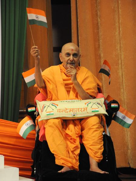 Swamishri waves the Indian flag