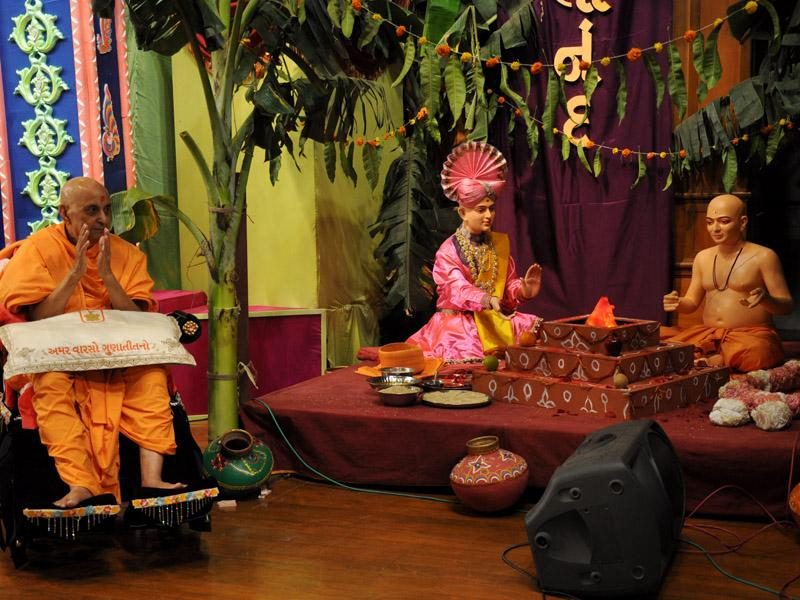 Display of Gunatitanand Swami's diksha ceremony on stage