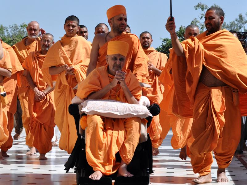 Swamishri arrives at Atladra mandir
