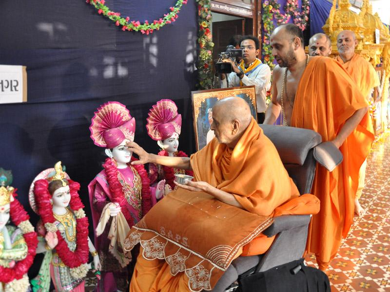 Swamishri performs murti-pratishtha rituals for hari mandirs at Bardoli, Handod and Karjan