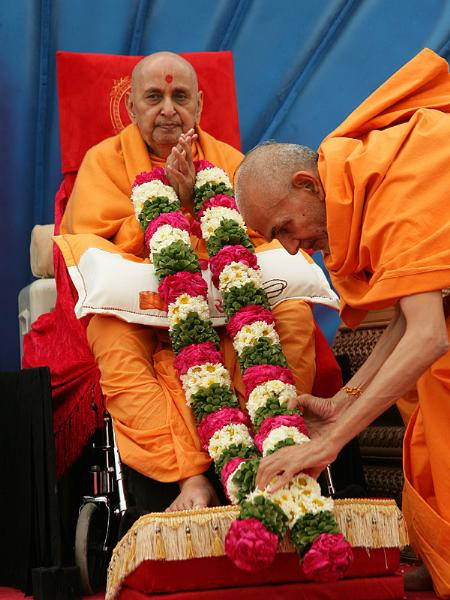 Sadhus honor Swamishri with garland