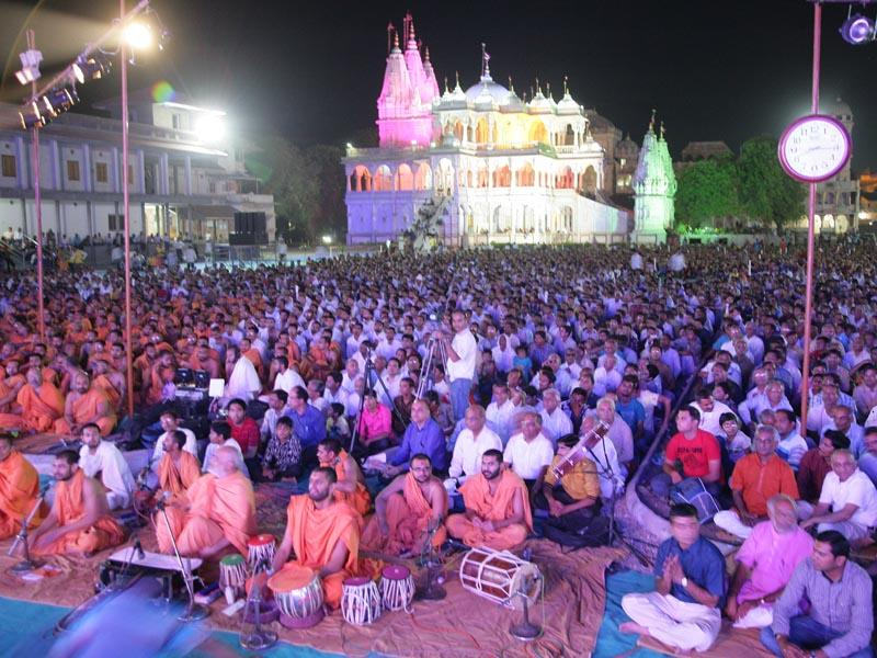 Devotees during the assembly