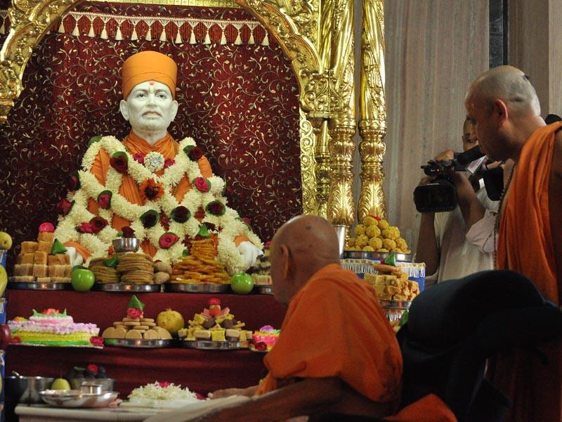Annakut offered to Shastriji Maharaj