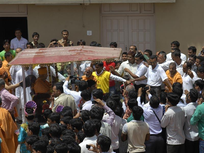 Swamishri arrives at Surat mandir