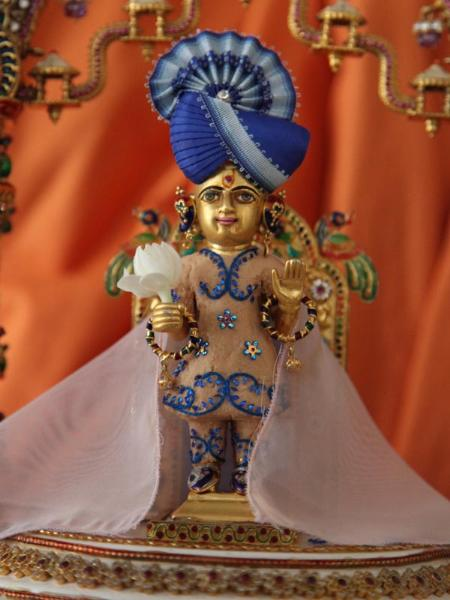 Shri Harikrishna Maharaj adorned in sandalwood paste