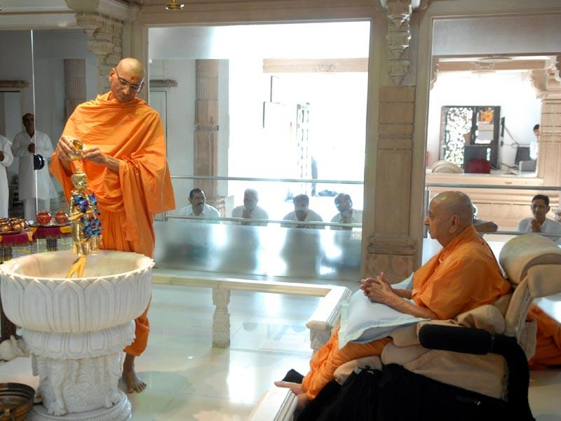 Swamishri engaged in abhishek darshan