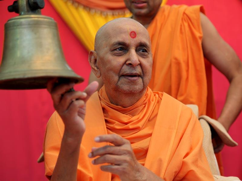 'Gunatit ka danka aalam mein, bajvaya veer Swamiji ne' - Swamishri participates while the kirtan is being sung