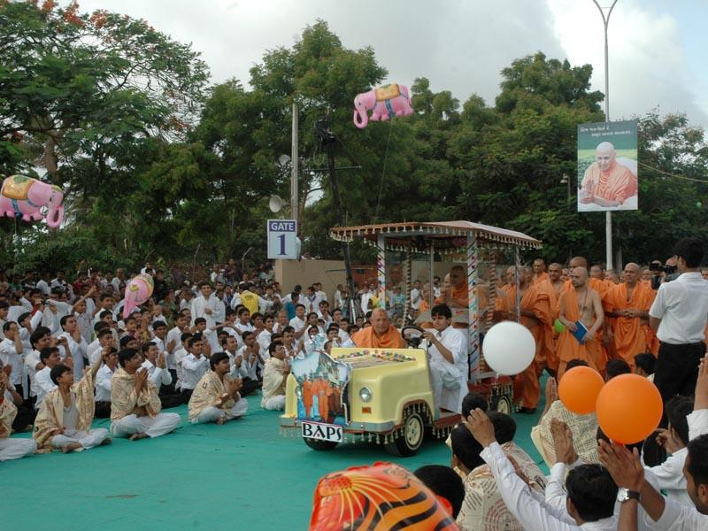 Kishores-Kishoris engaged in darshan of Swamishri