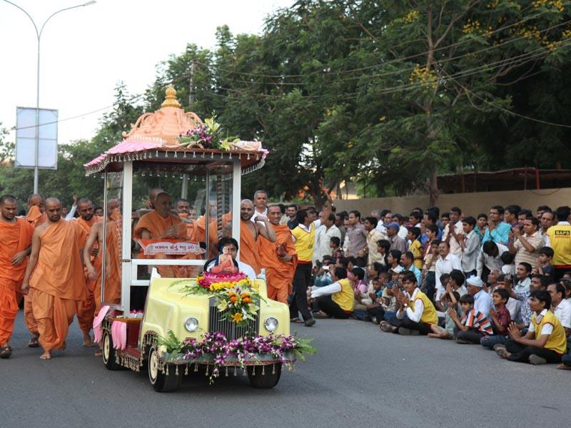 Devotees engaged in Swamishri's darshan while Swamishri on his way for Yogi Jayanti assembly