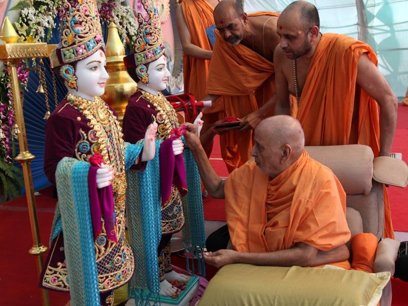 Swamishri performs murti-pratishtha rituals for BAPS hari mandirs at Olpad and Sachin