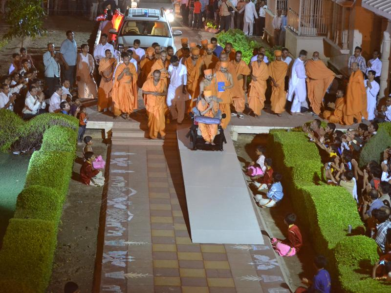 Swamishri arrives at Bharuch Mandir