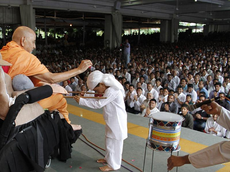 Swamishri blesses a kid