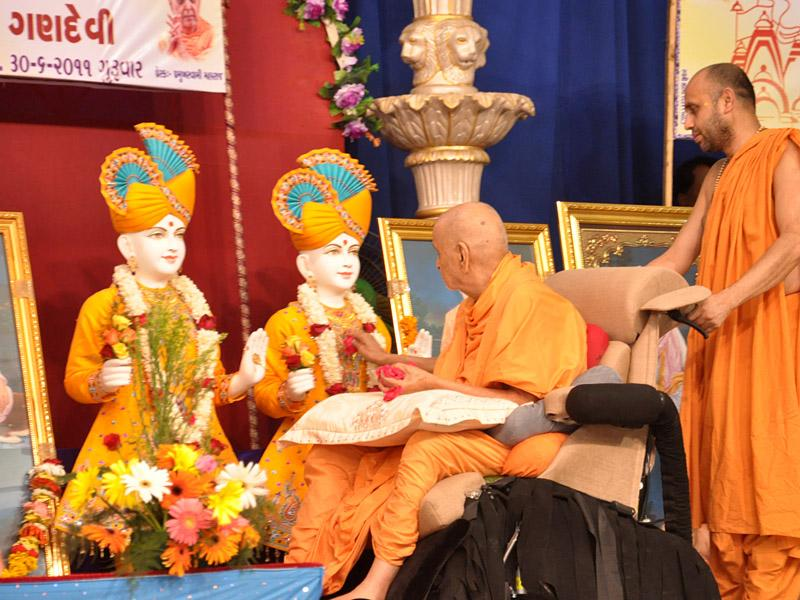 Swamishri performs murti-pratishtha rituals for new BAPS hari mandirs at Gandevi, Jamlapada (Daang) and Vesma