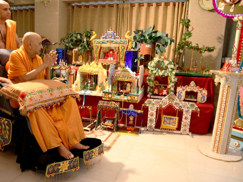 Swamishri engaged in darshan of hindolas made by kishores and kishoris