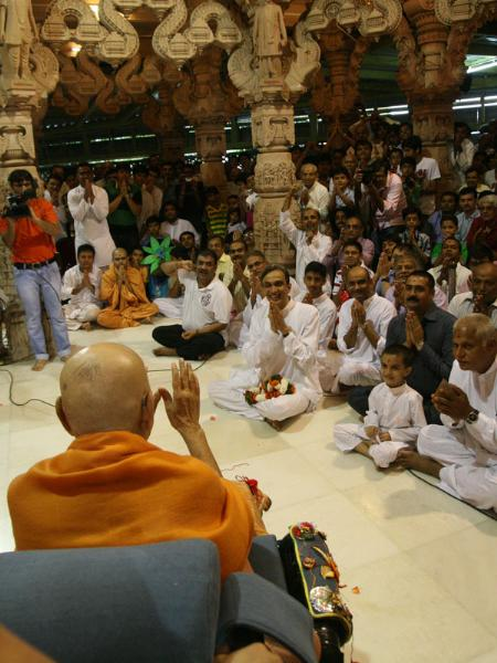 Swamishri bids Jai Swaminarayan to devotees beneath the mandir dome