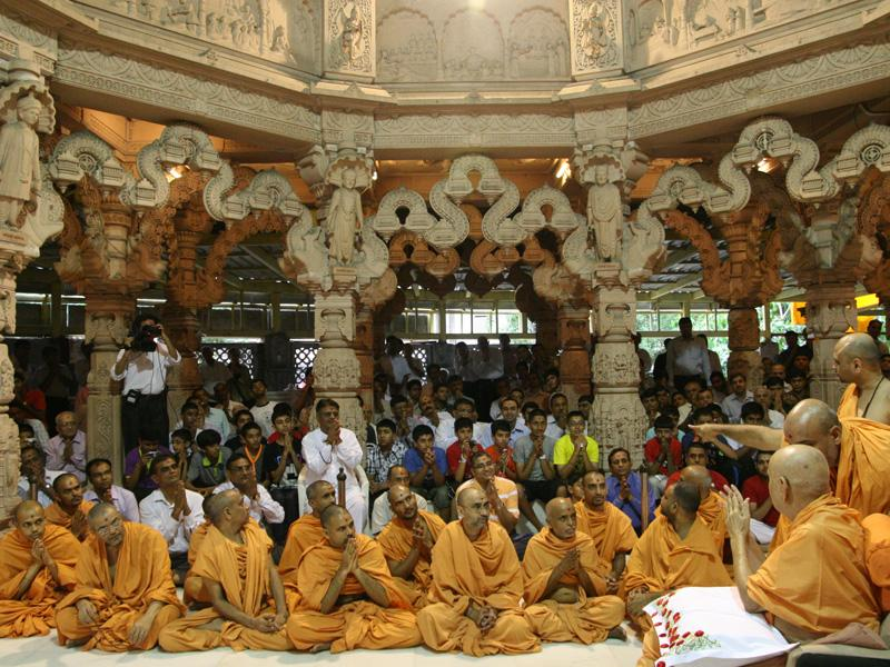 Swamishri bids Jai Swaminarayan to sadhus and devotees