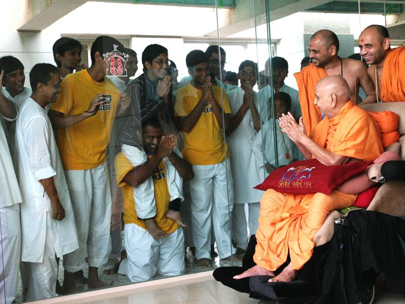Swamishri bids Jai Swaminarayan to youths from USA