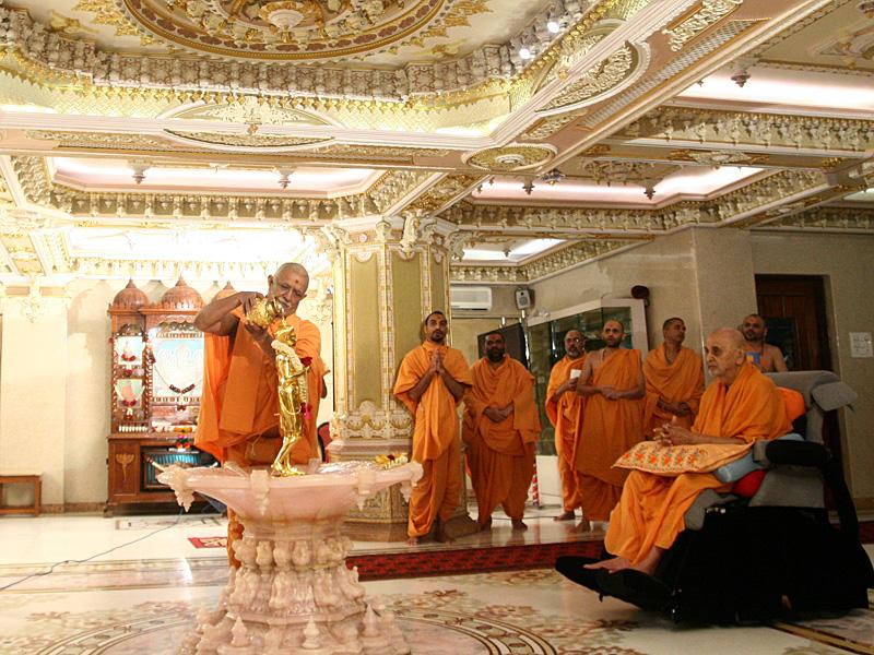 Swamishri engaged in abhishek darshan of Shri Nilkanth Varni ...