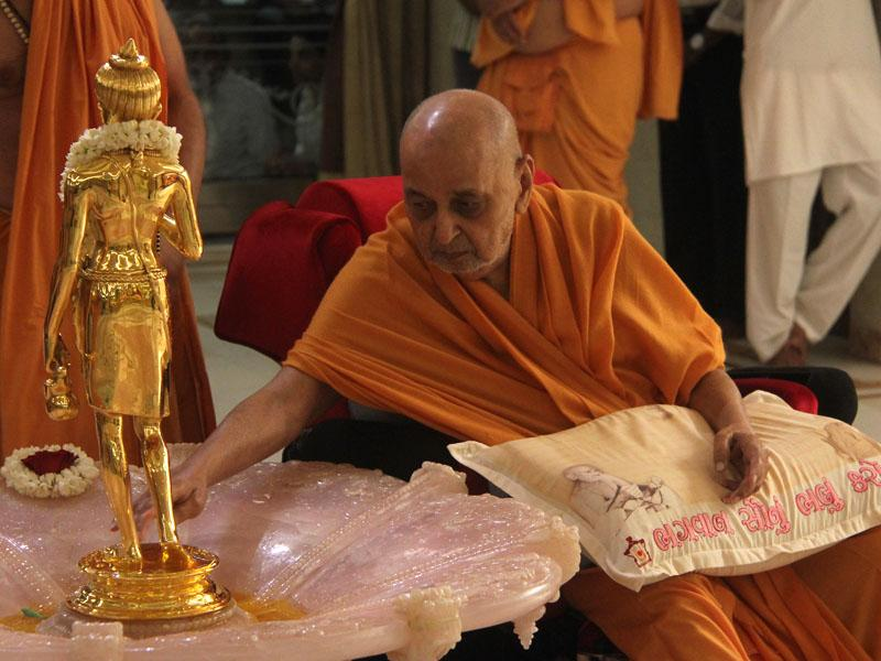 Swamishri touches holy charnarvind of Shri Nilkanth Varni