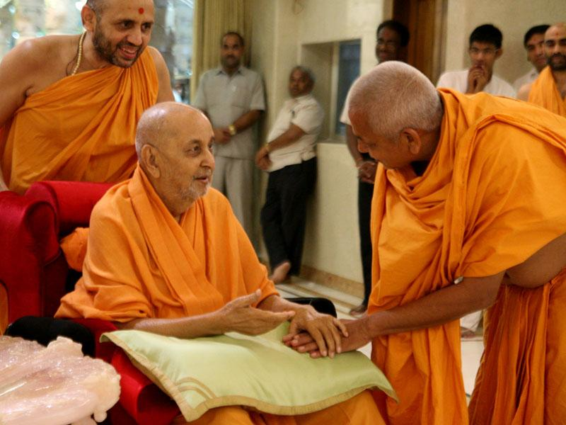 Swamishri happily interacts with sadhus