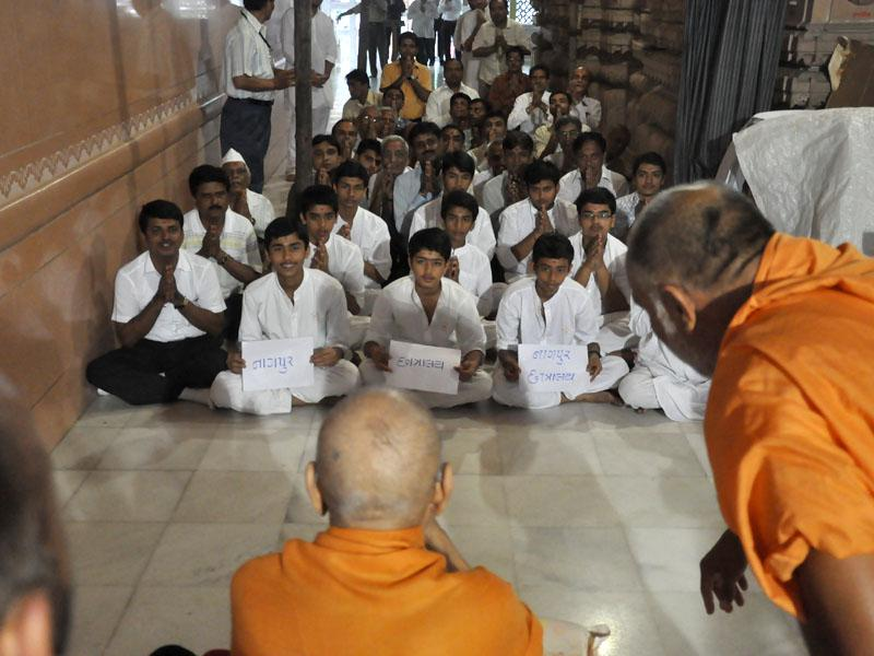 Swamishri blesses kids from Akshar Purushottam Chhatralay, Nagpur