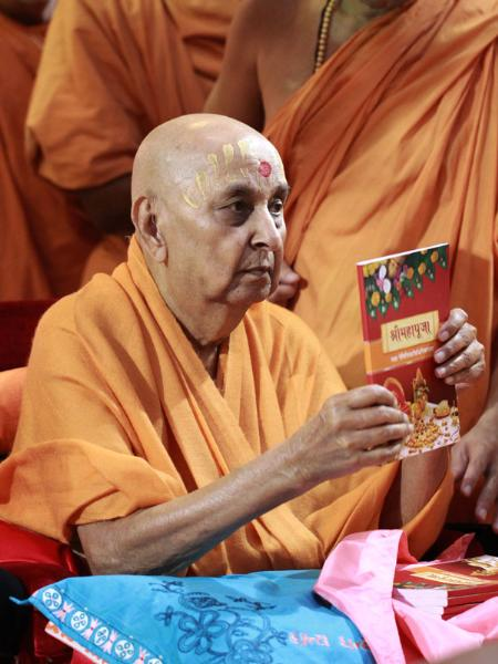 Swamishri inaugurates a book (and audio CD) on Mahapuja rituals