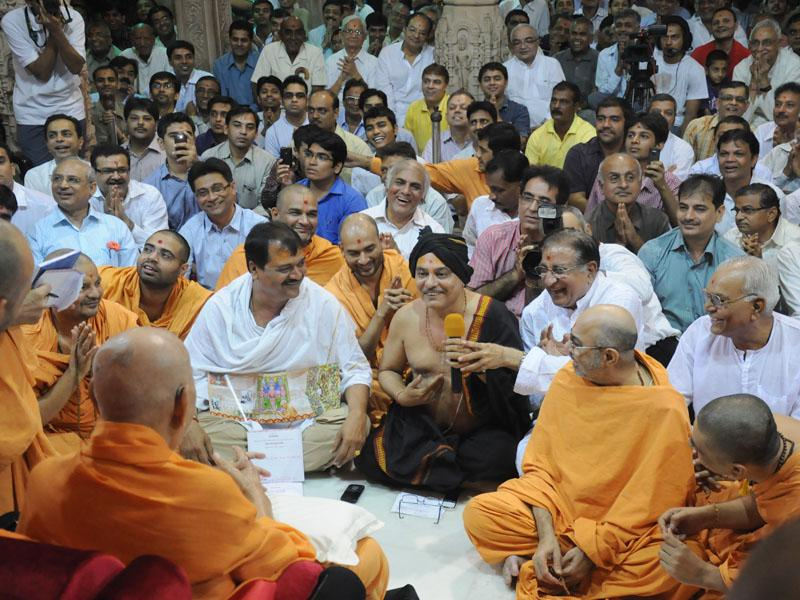 Swamishri in conversation with devotees