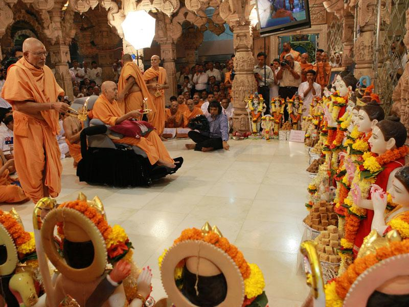 Swamishri performs murti-pratishtha rituals of all murtis