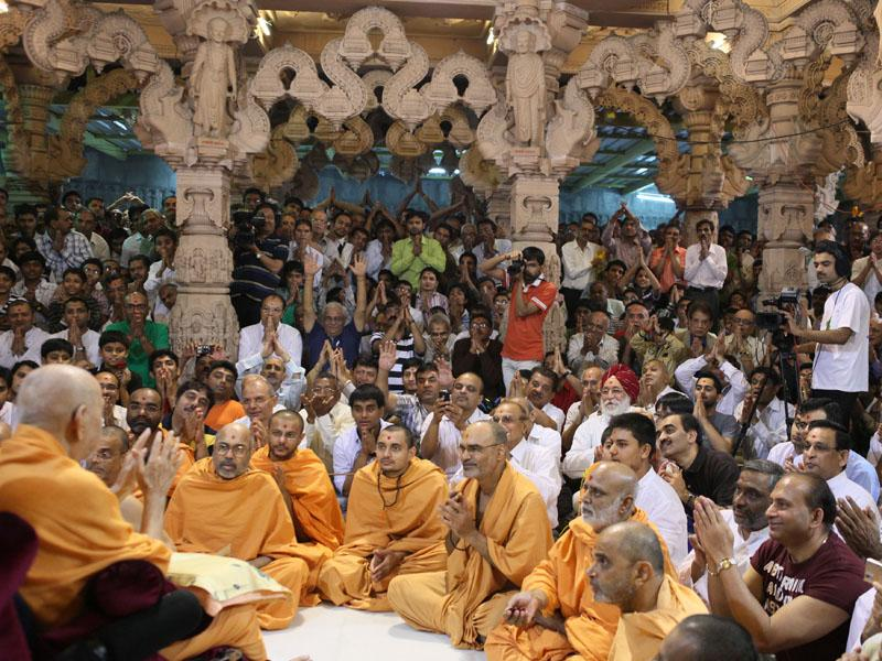 Swamishri happily interacts with devotees
