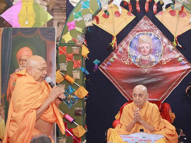 Pujya Tyagvallabh Swami repeats the jholi call