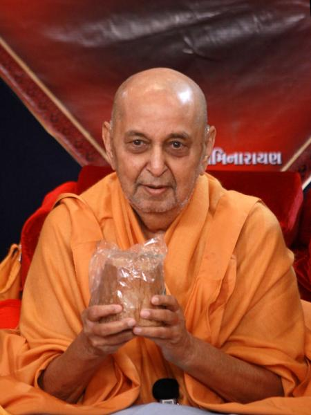 Swamishri with jaggery to mark the jholi festival