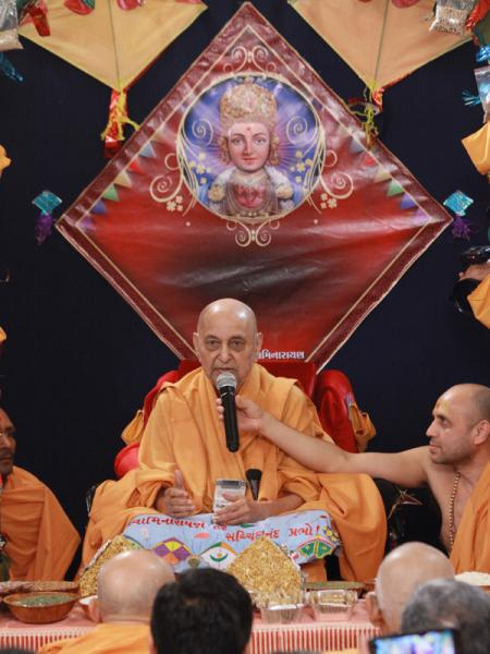 Swamishri blesses the gathering