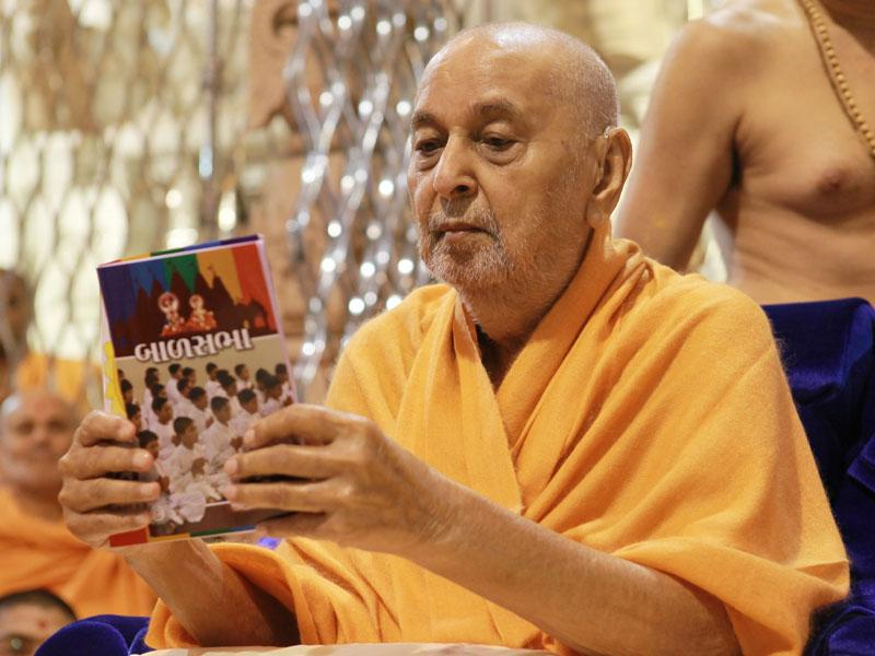 Swamishri inaugurates new books for Children's Assemblies