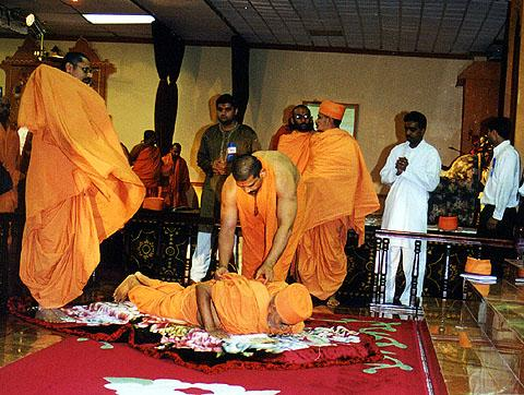 Swamishri performs prostrations