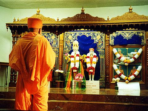 Swamishri doing darshan of murtis