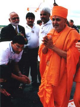 Swamishri at the airport greeting the devotees.