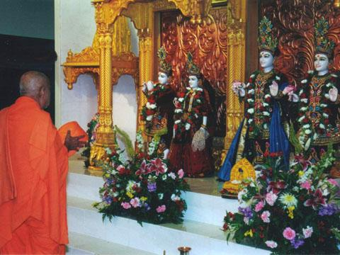 Swamishri doing darshan.