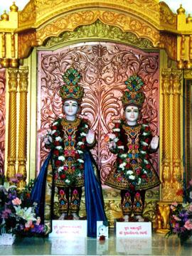 The Murtis in the central shrine: Bhagwan Swaminarayan and Gunatitanand Swami.