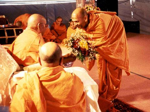 Welcome assembly: Pujya Yagnavallabh Swami, who heads satsang activites in North America, welcomes Swamishri: Tuesday, 18 July 2000