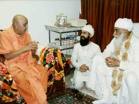 Swamishri engrossed in a spiritual dialog with H.H. Sri Satguru Jagjit Singh Ji Maharaj, guru to more than 2 million sikhs.