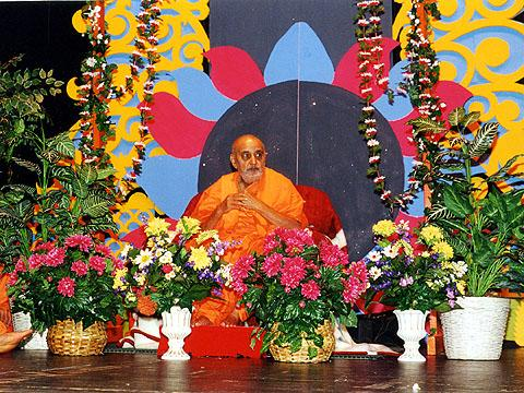 Swamishri in the assembly